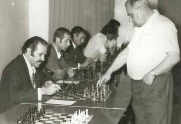 اقایان قدرت اله راستی و انوشمهر در هنگام بازی با استاد بزرگ روسی